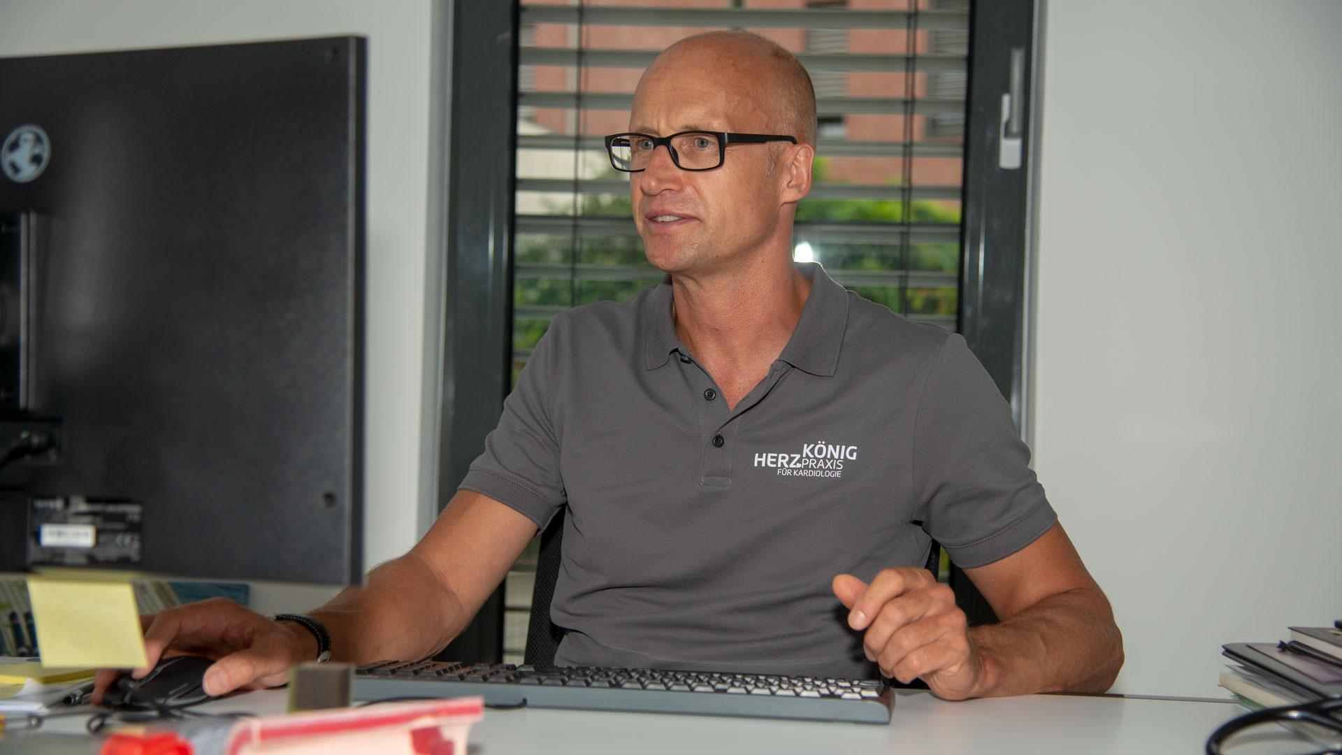 Dr. Kai König am PC